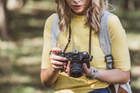 Foto de Vista parcial de turista con cámara de fotos en el Parque - Imagen libre de derechos