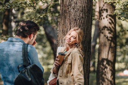 Foto de Imagen de tomar hombre sonriente novia con café en el Parque - Imagen libre de derechos