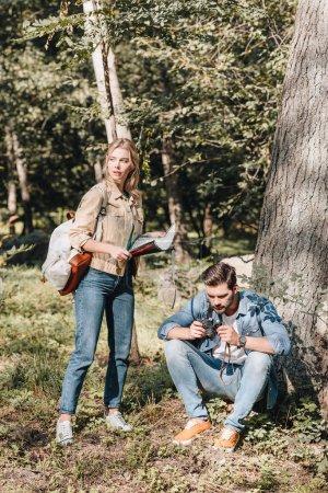Foto de Pareja de jóvenes viajeros con mapa y Foto de cámara en el Parque - Imagen libre de derechos