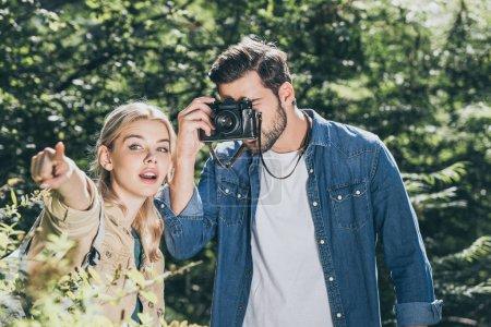 Foto de Retrato de pareja de turistas con foto toma de cámara en el Parque - Imagen libre de derechos