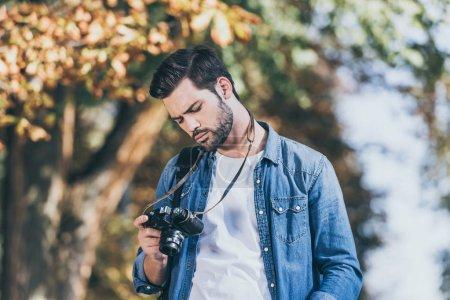 Portrait de touriste avec l'appareil photo dans le parc automne