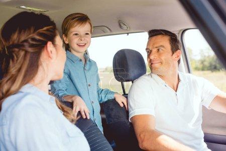 Foto de Familia feliz montando coches juntos y divertirse - Imagen libre de derechos
