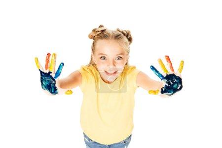 vista de ángulo alto de hermosa niña feliz mostrando coloridas pintadas las manos y sonriendo a cámara aislada en blanco