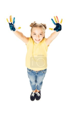 Photo pour Vue grand angle de mignon enfant heureux montrant les mains peintes colorées et souriant à la caméra isolée sur blanc - image libre de droit