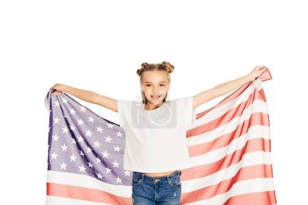 Foto de Retrato de niño adorable sonriente sosteniendo la bandera americana y mirando a cámara aislada en blanco - Imagen libre de derechos