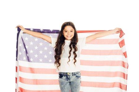 Photo pour Sourire adorable gamin preteen tenant le drapeau américain et regardant la caméra isolé sur blanc - image libre de droit