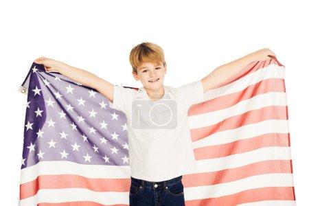 Photo pour Garçon adorable caucasien souriant tenant le drapeau américain et regardant la caméra isolé sur blanc - image libre de droit