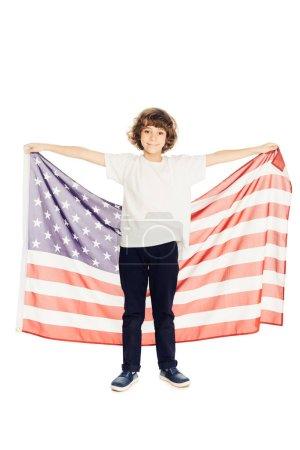 Photo pour Adorable garçon préadolescent tenant le drapeau américain et regardant la caméra isolé sur blanc - image libre de droit