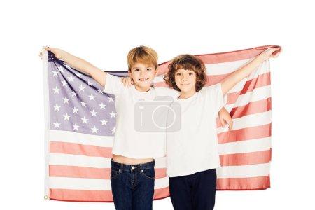 Photo pour Garçons adorables souriantes tenant le drapeau américain et regardant la caméra isolé sur blanc - image libre de droit