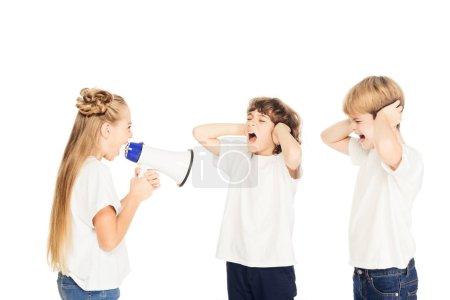 Photo pour Enfant hurlant de mégaphone, garçons couvrant les oreilles isolés sur blanc - image libre de droit