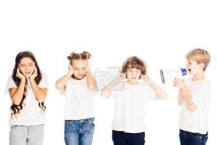 Photo pour Garçon hurlant de mégaphone, enfants couvrant les oreilles isolés sur blanc - image libre de droit