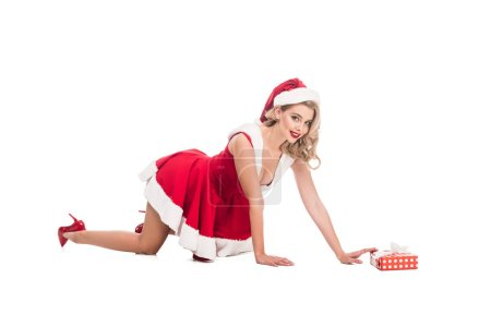 Photo pour Fille de santa sexy en robe de Noël à quatre pattes près de coffret isolé sur blanc - image libre de droit