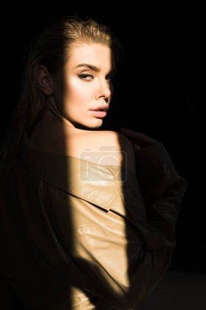 Photo pour Vue latérale du beau et élégant modèle regardant la caméra - image libre de droit