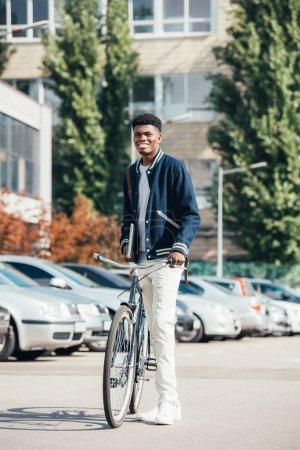 Photo pour Joyeux élégant afro-américain avec vélo de ville urbain - image libre de droit