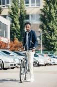 """Постер, картина, фотообои """"афро-американских веселый стильный человек с велосипеда в городских города"""""""