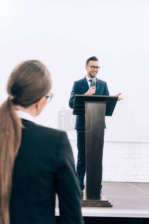 Photo pour Haut-parleur de beau parler pendant le séminaire à la salle de conférence - image libre de droit
