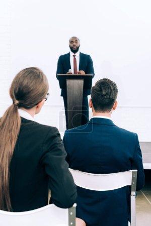 Foto de Altavoz americano africano guapo hablando durante el seminario en la sala de conferencias - Imagen libre de derechos