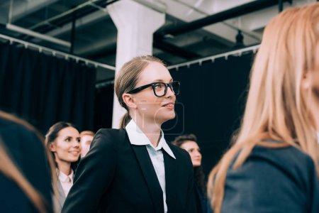 Photo pour Accent sélectif de la femme d'affaires dans les lunettes à l'écoute du conférencier lors du séminaire dans la salle de conférence - image libre de droit