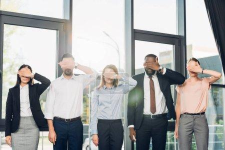 Foto de Ver Obscured de empresarios multiétnicos que cubre ojos en sala de conferencias - Imagen libre de derechos