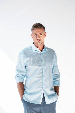 Photo pour Sérieux adulte en chemise regardant caméra isolé sur blanc - image libre de droit