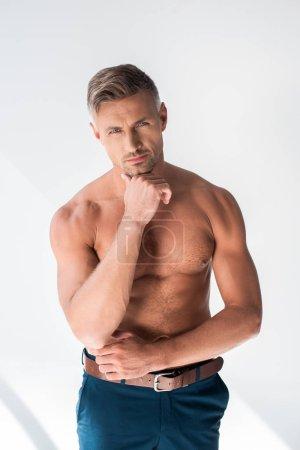 Photo pour Sexy torse nu homme adulte regardant caméra isolé sur blanc - image libre de droit