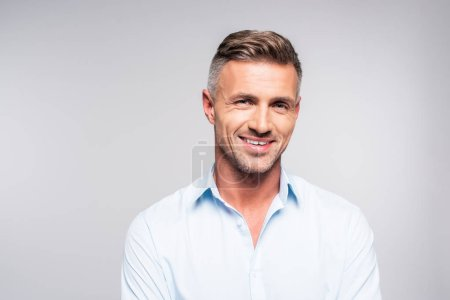 Photo pour Sourire bel homme adulte regardant la caméra isolée sur blanc - image libre de droit