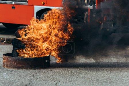 Foto de Cerrar vista de ardiente llama y fuego a carro en la calle - Imagen libre de derechos