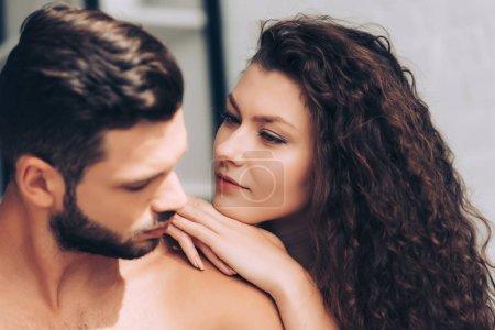 bouchent la vue assez bouclée jeune femme regardant copain