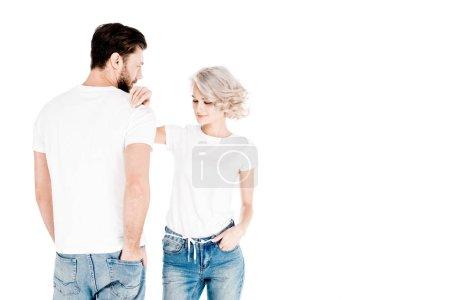 Photo pour Magnifique couple de jeunes adultes en t-shirts blancs isolés sur blanc - image libre de droit