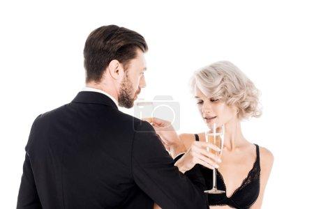 Photo pour Attrayant couple cliquetis verres de champagne isolé sur blanc - image libre de droit