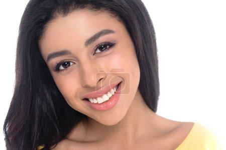 Photo pour Gros plan portrait de belle fille afro-américaine, souriant à la caméra isolé sur blanc - image libre de droit
