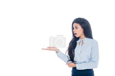 Photo pour Surpris femme d'affaires afro-américaine pointant à la main isolé sur blanc - image libre de droit