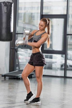Photo pour Attrayant boxeur sportif portant des gants de boxe en argent dans la salle de gym - image libre de droit