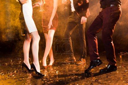 Photo pour Plan recadré de groupe d'amis dansant sur la fête de Noël - image libre de droit