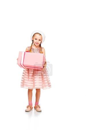 Photo pour Enfant peu heureux en tenant la boîte-cadeau et regardant la caméra isolé sur blanc bonnet - image libre de droit