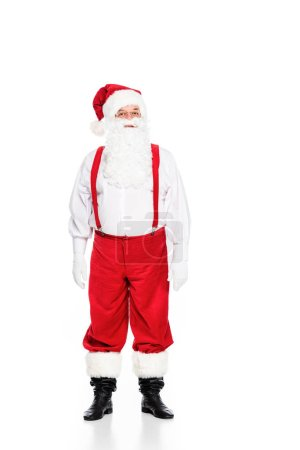Photo pour Portrait de pleine longueur du père Noël à bretelles en regardant la caméra isolé sur blanc - image libre de droit