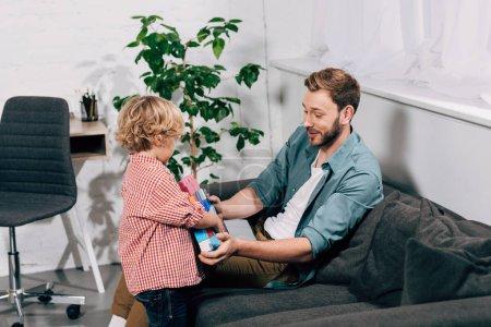 Foto de Niño a bloques coloridos de padre feliz en casa - Imagen libre de derechos