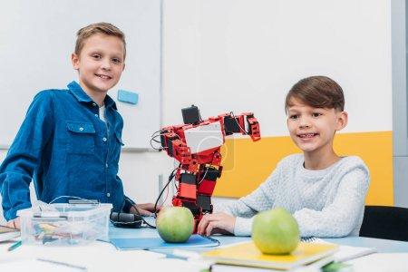 Photo pour Écoliers travaillant avec robot à la leçon de robotique STIM - image libre de droit