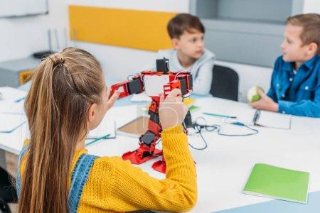 alumnos hacer robot con detalles de la clase madre