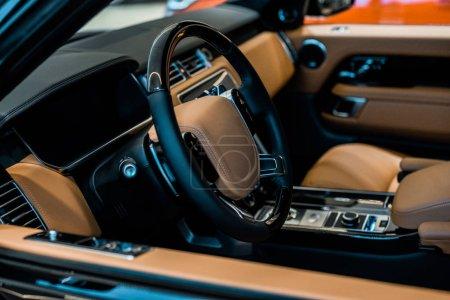 Photo pour Mise au point sélective de siège de voiture de luxe - image libre de droit