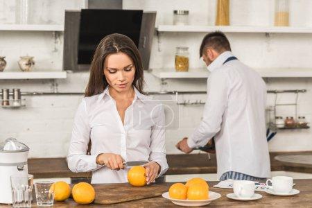 Photo pour Copain et copine prépare le petit déjeuner le jour de la semaine, concept de l'égalité entre les sexes - image libre de droit