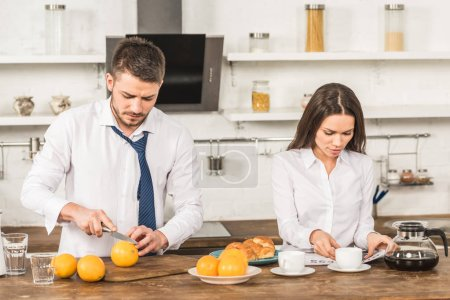 Photo pour Concept de l'égalité de genre oranges coupe petit ami et sa petite amie, lire le journal à la maison, - image libre de droit