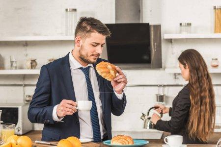 Freund frühstücken und Freundin zu Hause Wasserkocher auf Herd stellen, soziales Rollenkonzept
