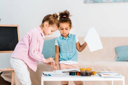 Foto de Adorables niños multiétnicos centrados pintura juntos - Imagen libre de derechos