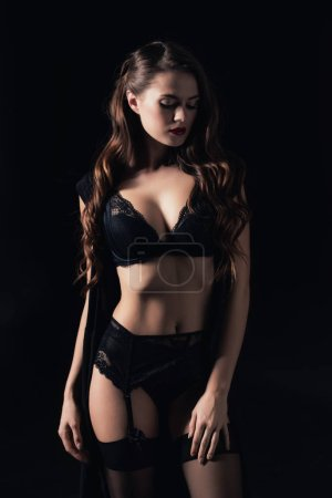 Photo pour Belle femme sexy qui pose en lingerie isolée sur fond noir - image libre de droit