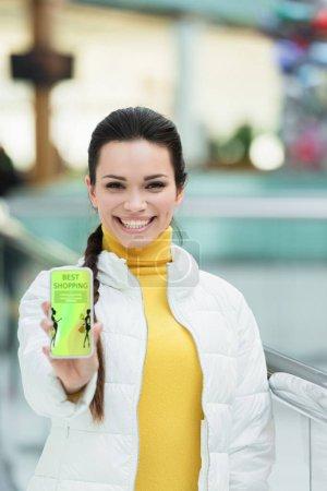 Photo pour Sourire l'écran smartphone fille montrant avec meilleures boutiques app - image libre de droit