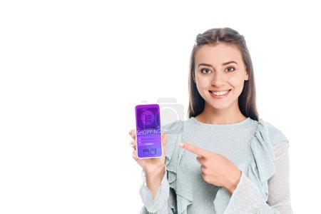 Lächelnde Frau zeigt Smartphone mit Shopping-Schriftzug auf weißem Grund