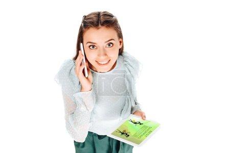 Photo pour Vue d'angle élevé de femme souriante avec pastilles parler sur smartphone isolé sur blanc - image libre de droit