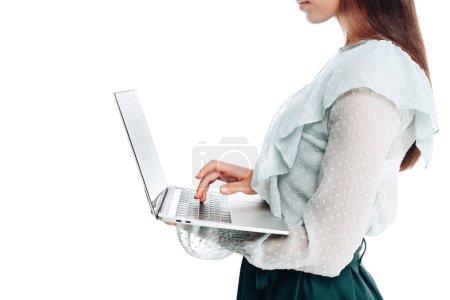 Photo pour Plan recadré de la femme en utilisant un ordinateur portable isolé sur blanc - image libre de droit