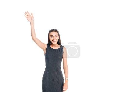 Photo pour Portrait de femme gaie en robe noire élégante saluant quelqu'un isolé sur blanc - image libre de droit
